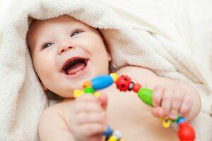 Baby leert grijpen