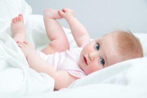 Baby ontdekt handjes en voetjes