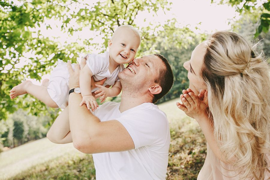 gelukkig-gezin-wil-sparen-voor-hun-baby