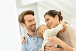 Gelukkig gezin heeft net een spaarrekening voor hun baby geopend