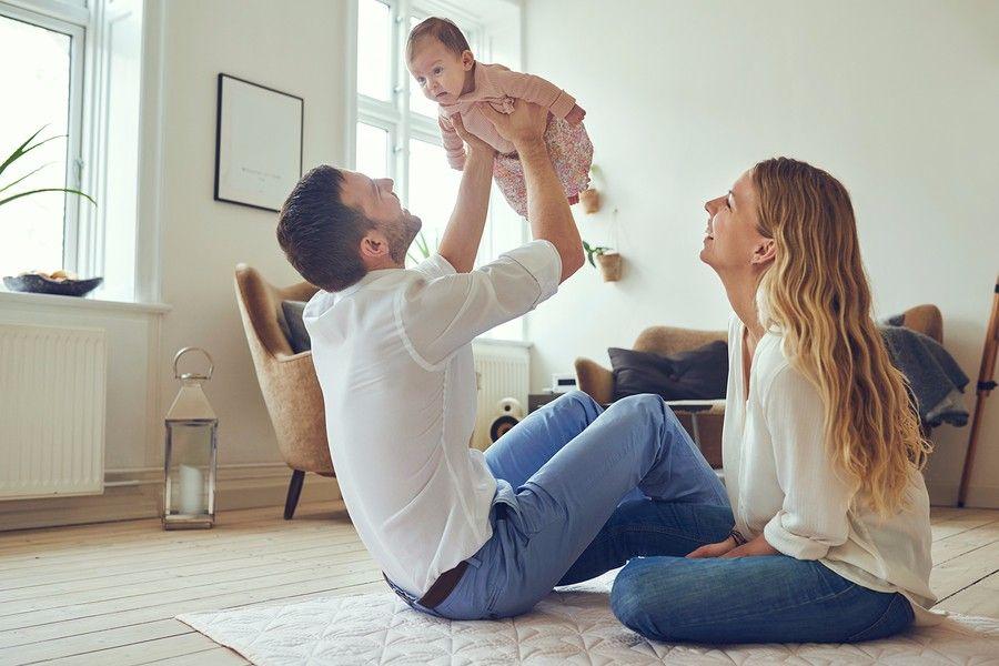 vrolijk-gezin-met-vader-moeder-en-baby-de-hersenontwikkeling-van-je-baby