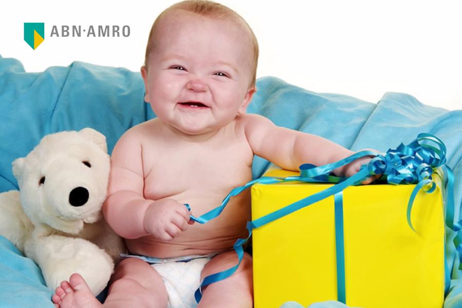 blije-baby-pakt-een-cadeautje-uit-van-abn-amro