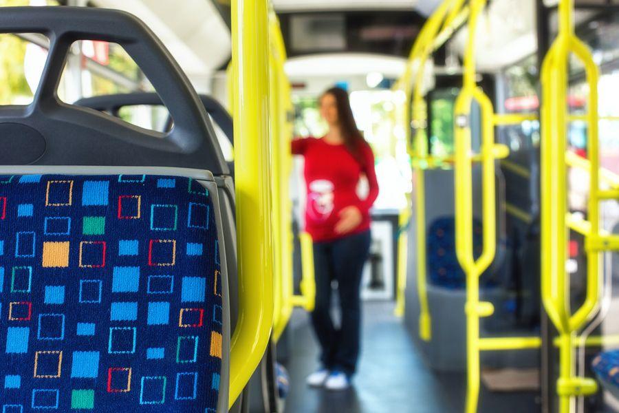 Zwangere vrouw in de bus