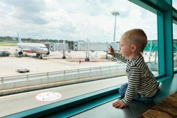 baby met paspoort wacht op het vliegtuig