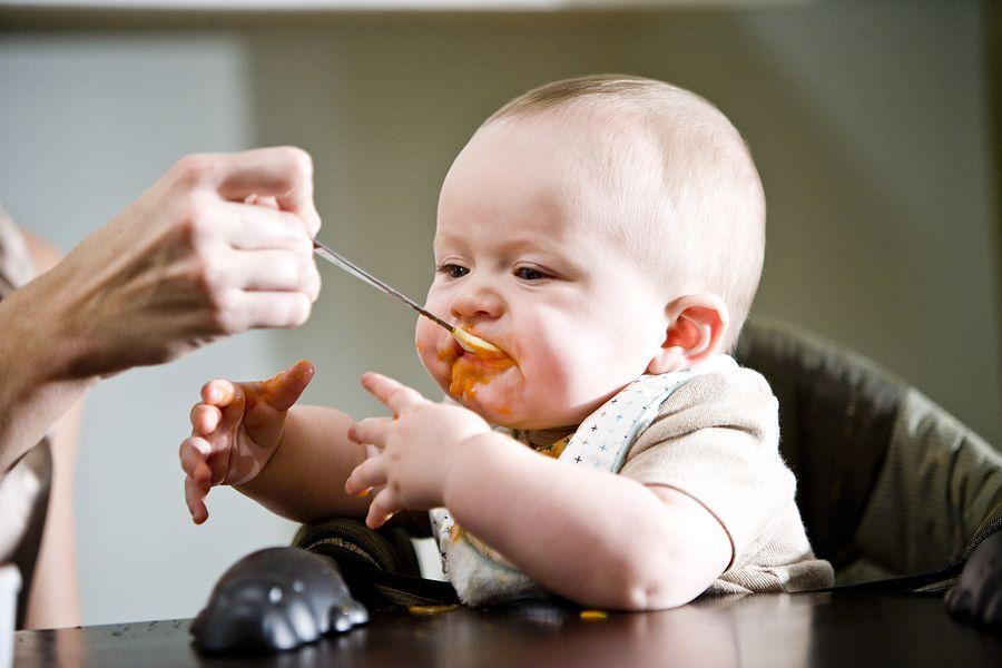 Baby van 16 weken oud krijgt zijn eerste hapjes
