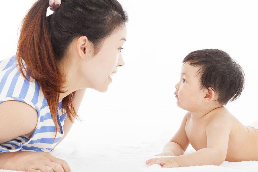 Moeder en baby van 17 weken oud praten tegen elkaar, baby probeert te brabbelen