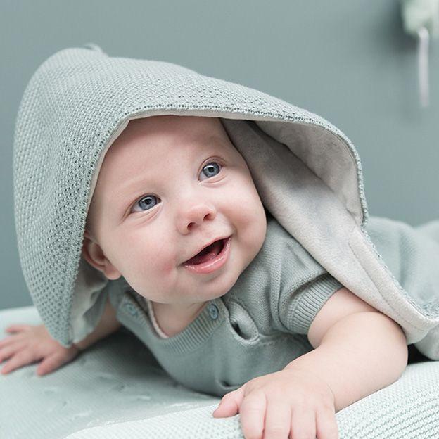 Baby-van-17-weken-oud-baby-omslagdoek