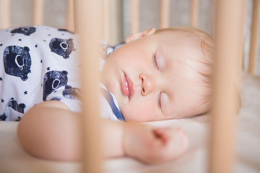Baby van 22 weken oud ligt lekker te slapen