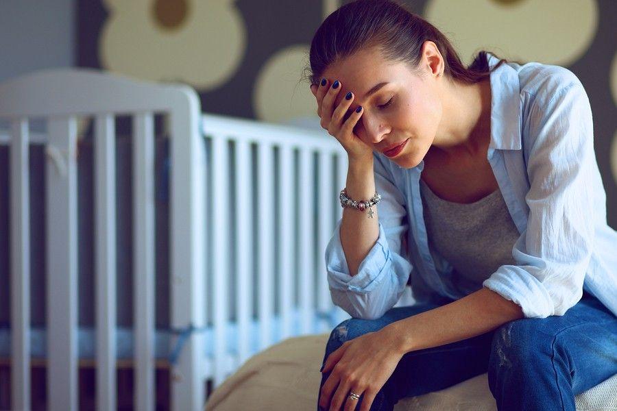 Uitgeputte jonge moeder van baby van 23 weken oud