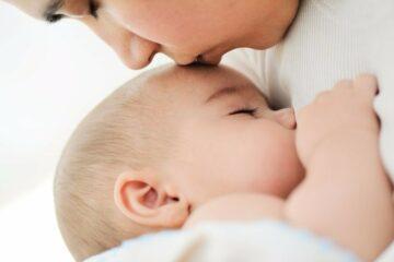 Baby_drinkt_bij_moeder_uit_de_borst_en_ervaart_de_voordelen_van_borstvoeding
