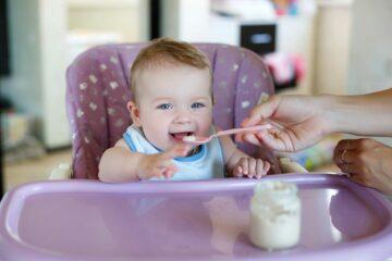 baby krijgt babyvoeding