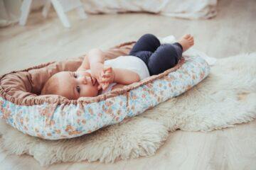 baby ligt in babynestje