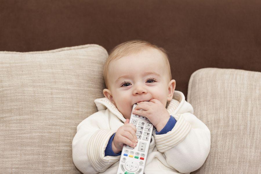 baby met afstandsbediening, tv kijken