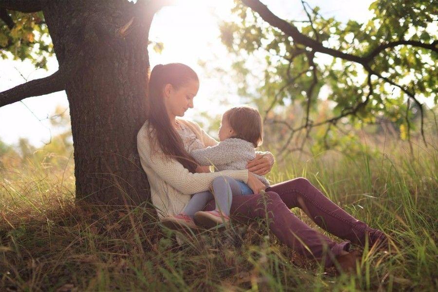 moeder-en-kind-in-bos-na-borstvoeding-afbouwen