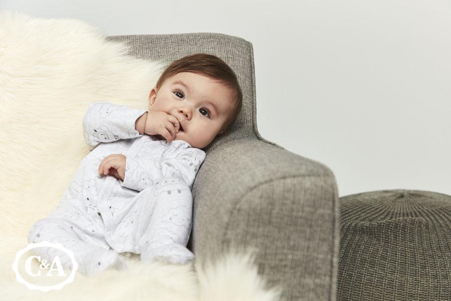 baby draagt babykleding van C&A
