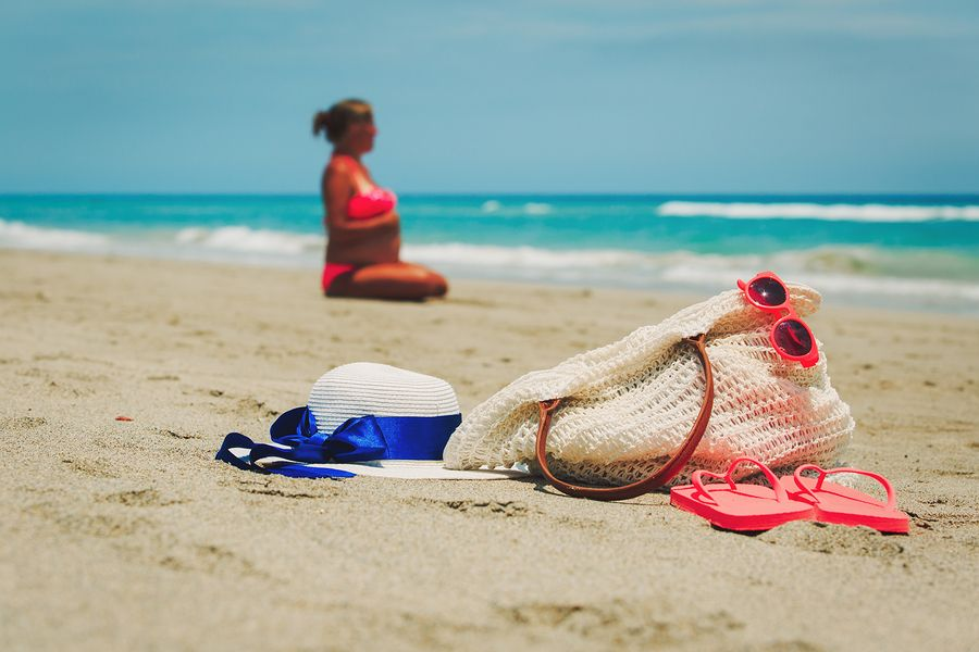 zwangere vrouw op het strand
