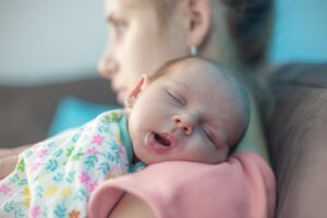 Baby wordt getroost door mama, troostreflex