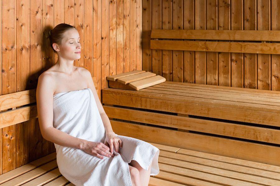Zwangere vrouw zit in sauna
