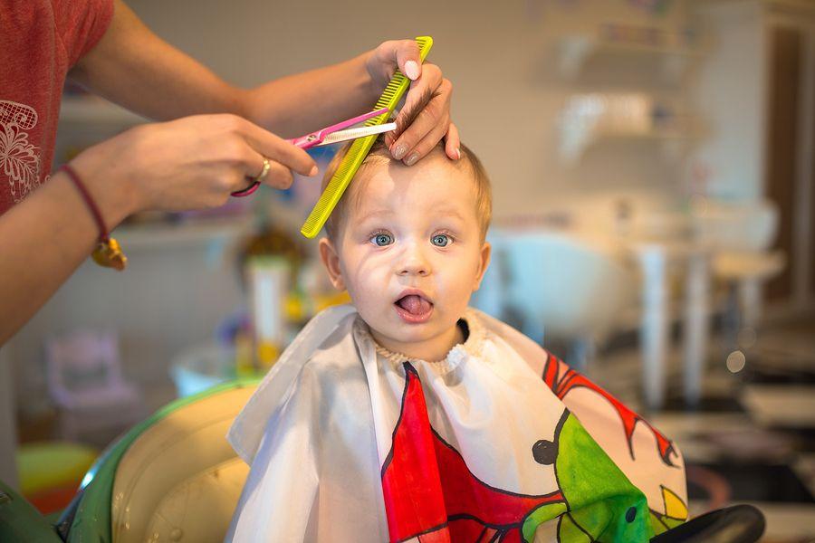Voor het eerst je baby's haar knippen