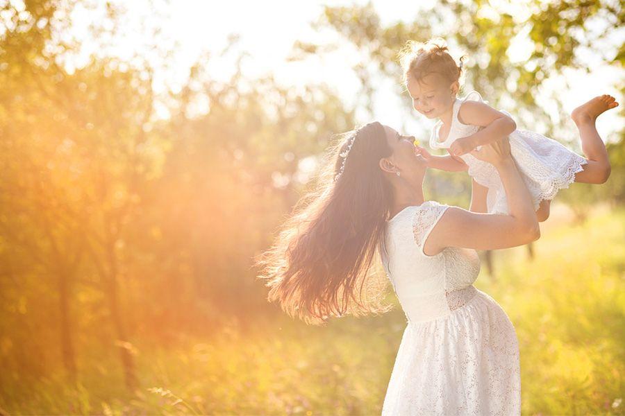 Blije zwangere vrouw met peuter slikt Davitamon Compleet Mama vitamines