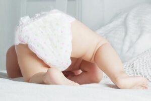 Luiers baby met billen omhoog