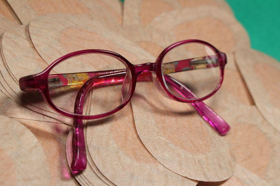pleisters en een bril voor het afplakken van een lui oog