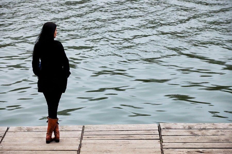 vrouw aan het water, verlies van doodgeboren kindje verwerken