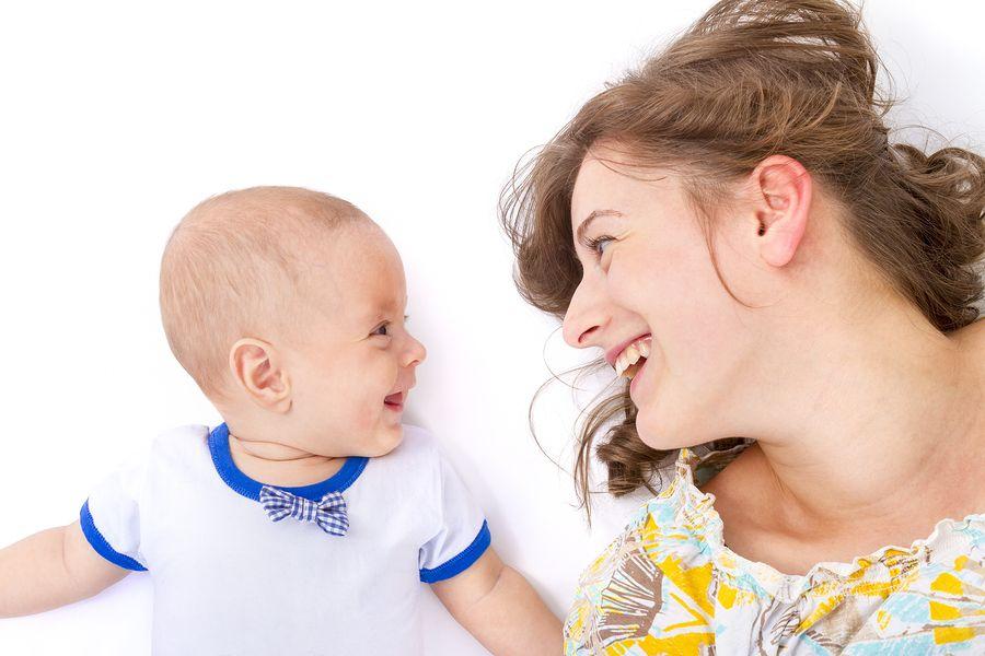 Baby 1 maand oud lacht naar moeder