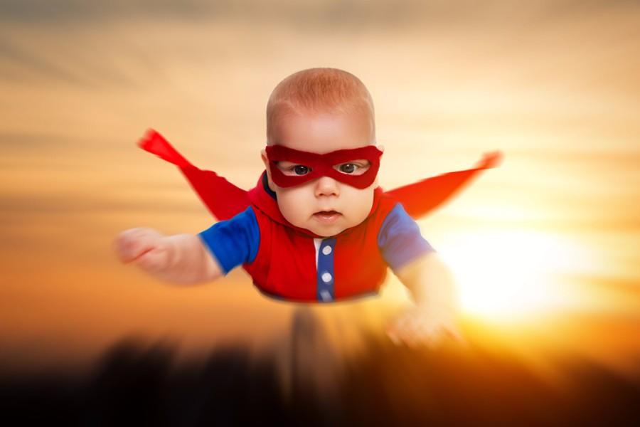 Baby van 7 maanden oud met Superman pakje aan, het is een superbaby