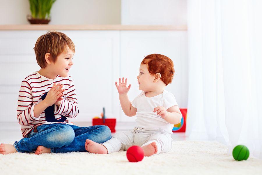 Broertje leert zusje van 7 maanden oud klappen en zwaaien