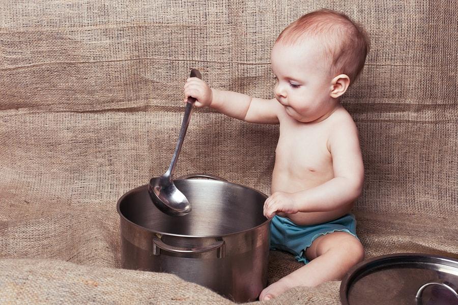 Baby van 8 maanden oud drumt met pannen