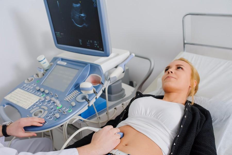11 weken zwangere vrouw ondergaat echo voor combinatietest