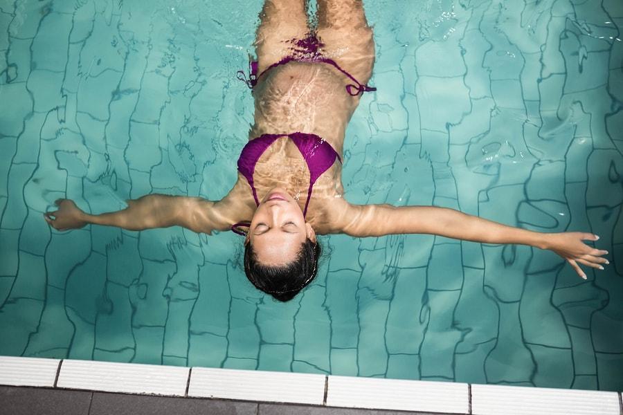 Vrouw van 39 weken zwanger is aan het zwemmen