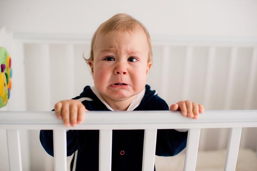 Baby van 8 maanden oud moet huilen, hij heeft last van verlatingsangst