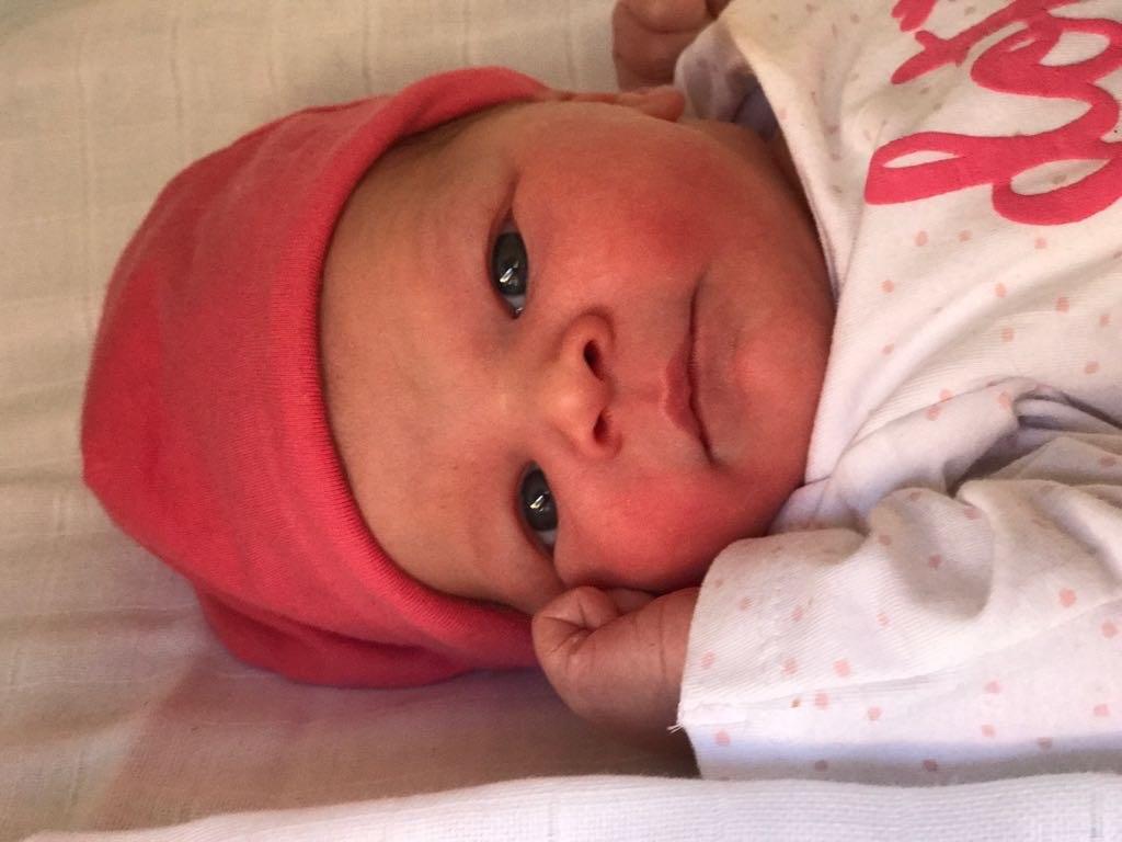 Bevallingsverhaal foto van pasgeboren Fleur na de bevalling dochter van Violette