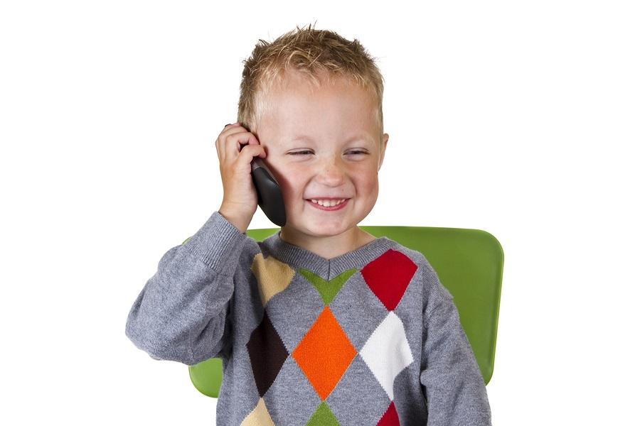 Jongetje praat Echte zinnen in telefoon