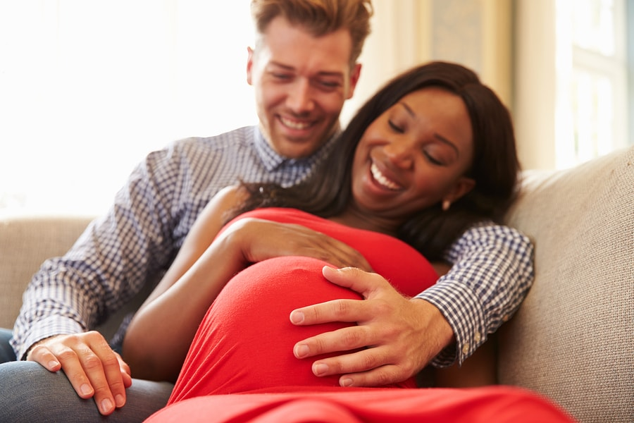 Vrouw van 42 weken zwanger knuffelt met haar partner