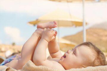 baby op het strand in de zomer, hitteplan baby