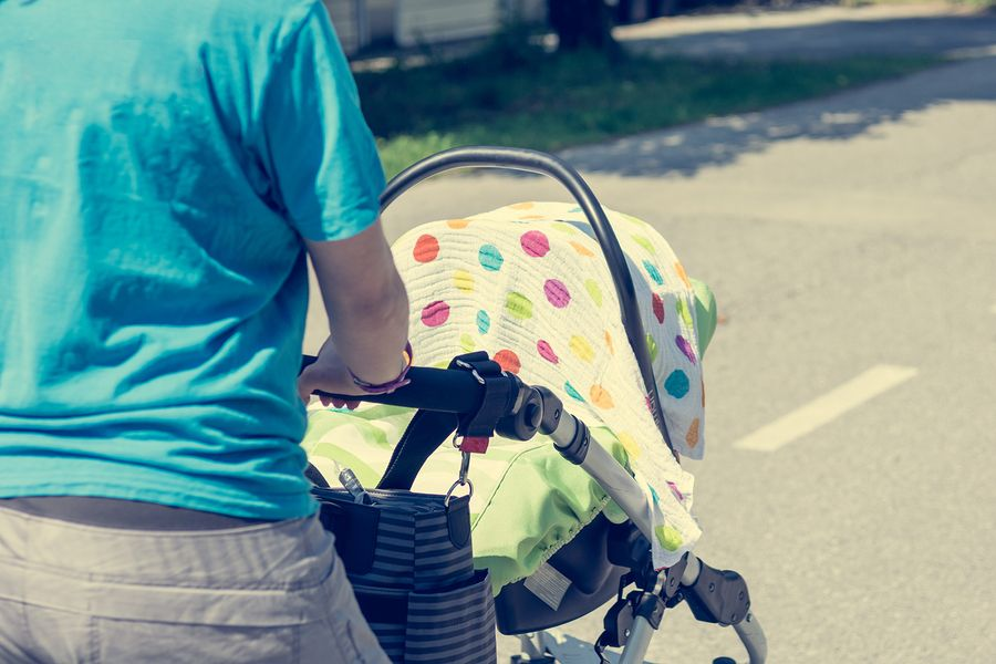 kinderwagen met deken baby zomer