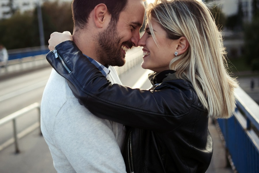 Verliefd stel van 14 weken zwanger zijn blij want vrouw heeft minder last van zwangerschapskwaaltjes