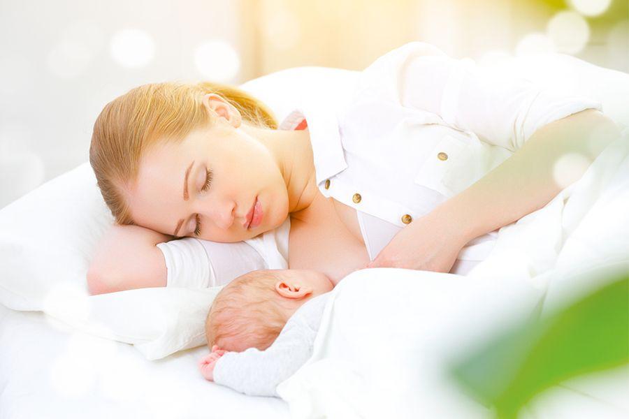 Moeder en baby slapen vanwege vermoeidheid Floradix helpt