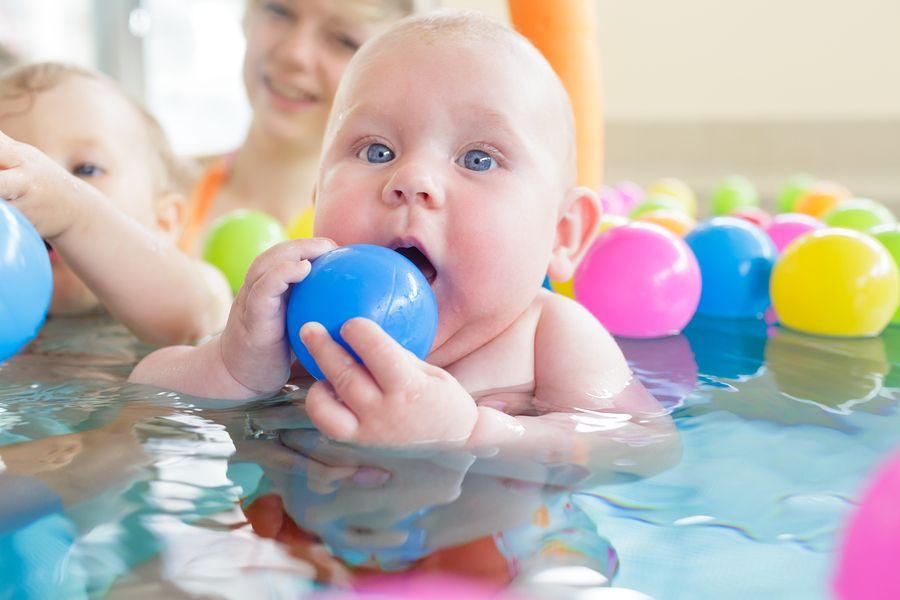 baby met zwemluier is aan het zwemmen