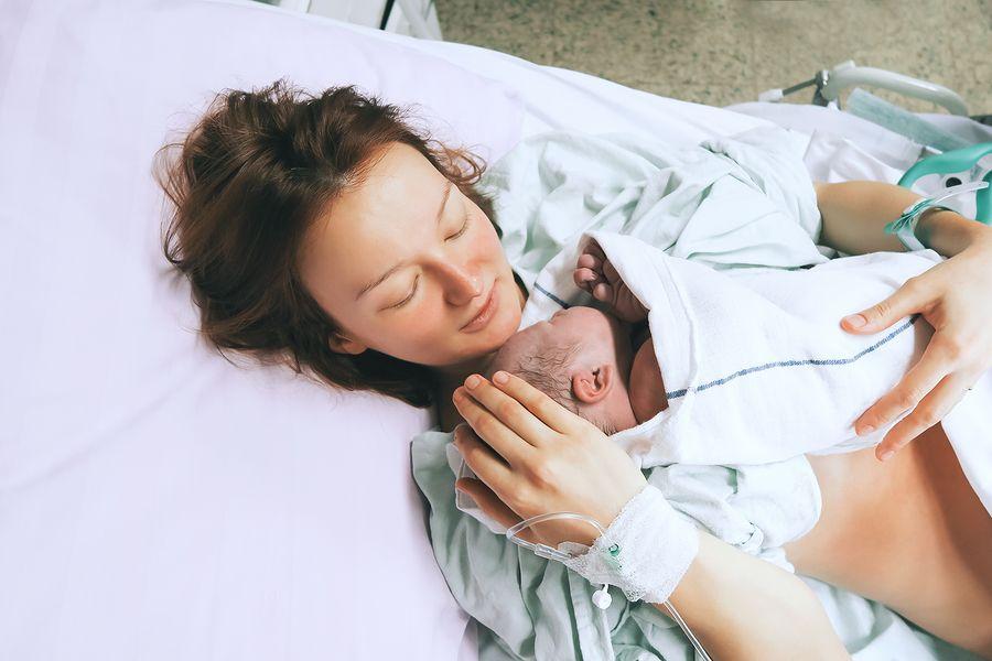 Vrouw die net bevallen is doneert navelstrengbloed