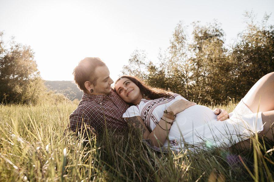 Man en vrouw van 32 weken zwanger bedenken samen een geboorteplan