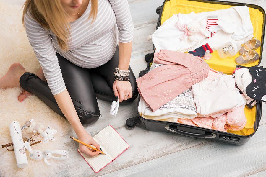 Vrouw van 34 weken zwanger maakt haar vluchttas klaar