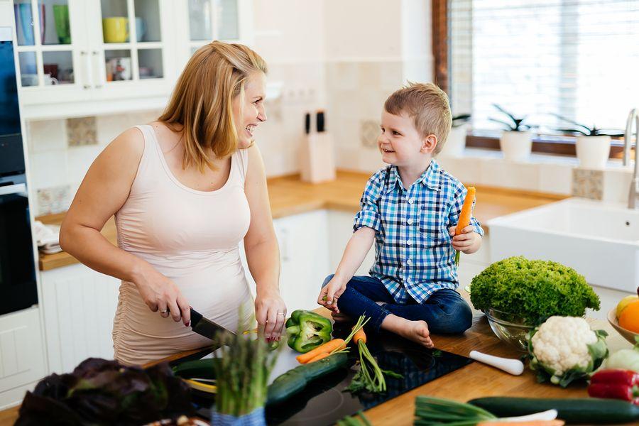 Vrouw van 38 weken zwanger eet kleine maaltijden van haar buik drukt haar maag weg