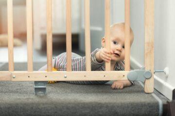 Veiligheid van baby wordt beschermd door traphekje