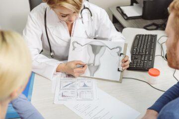 dokter vertelt stel dat zwanger wil worden over vruchtbaarheidsbehandelingen