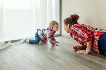 moeder kruipt achter kindje aan 10 creepy dingen waar ouders schuldig aan zijn