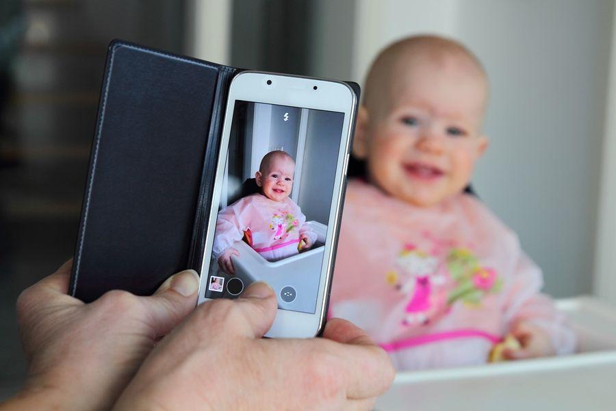 moeder neemt foto van haar dochtertje om te delen op social media